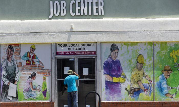 코로나19(중공 바이러스)가 확산 되던 지난 2020년 5월 7일 캘리포니아 패서디나에서 한 남성이 지역 일자리센터 내부를 들여다 보고 있다. | AP=연합뉴스