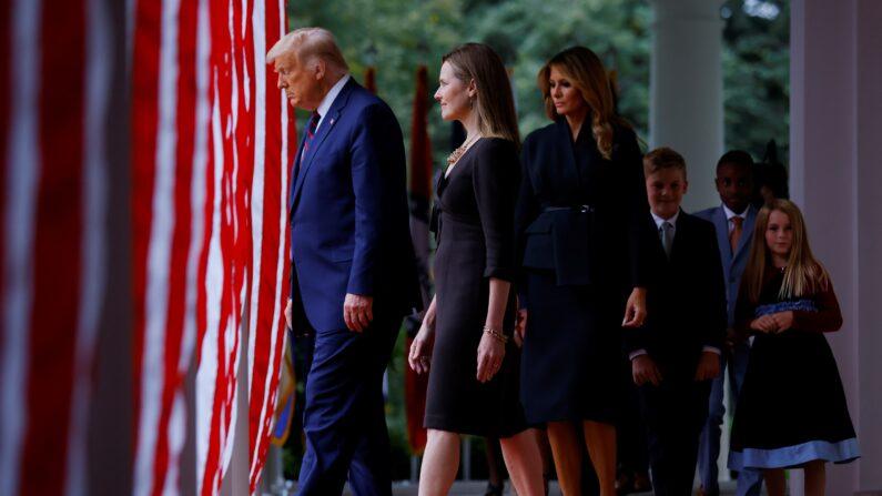 도널드 트럼프 대통령(왼쪽), 에이미 코니 배렛 판사(왼쪽에서 두번째), 멜라니아 트럼프 영부인(가운데), 배럿의 가족이 2020년 9월 26일 워싱턴 백악관 로즈 가든으로 걸어가고 있다. | AP=연합뉴스