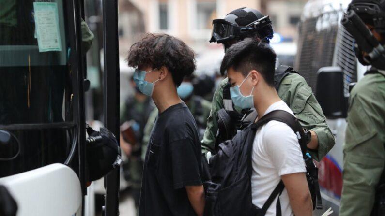 지난 1일 경찰에 체포된 홍콩인들이 경찰 차량에 탑승하고 있다. | AFP=연합뉴스