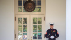 트럼프, 퇴원 이틀만에 백악관 집무실서 공식업무 재개