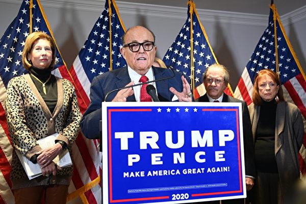 도널드 트럼프 미국 대통령 대선 캠프 법률팀이 19일(현지시각) 기자회견을 열고 선거 관련 소송 현황을 설명했다. 루디 줄리아니 대표변호사(왼쪽에서 두 번째)와 시드니 파웰 변호사(맨 왼쪽)가 8가지 혐의를 공개했다. | MANDEL NGAN/AFP