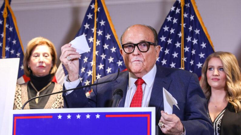 트럼프 법률팀 대표변호사 루디 줄리아니 전 뉴욕시장이 11·3 대선 부정선거 의혹을 제기하며 우편투표 봉투 서명 대조작업의 부실을 지적하고 있다. | 샬롯 커버트슨/에포크타임스