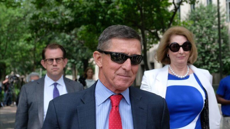 마이클 플린과 그의 변호사 시드니 파웰이 2019년 6월 24일(현지시각) 미국 워싱턴DC에서 법원을 떠나고 있다. | Alex Wroblewski/Getty Images