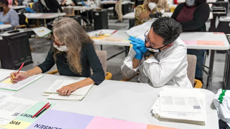 2020년 11월 16일(현지시각) 미국 조지아주 로렌스빌에 마련된 재검표장에서 선거 사무원들이 재검표를 위해 표를 처리하고 있다. | Megan Varner/Getty Images