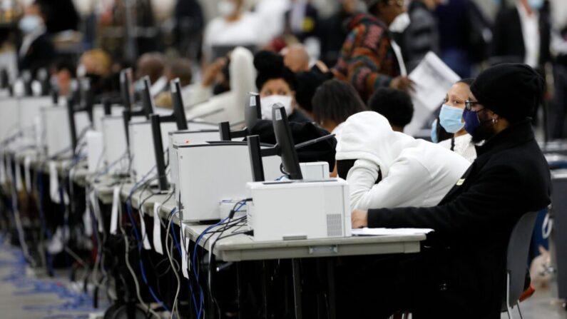 디트로이트 선거 사무원 2020년 11월 4일 디트로이트의 TCF 센터에서 2020년 대선 부재자·우편투표 개표 및 집계 작업을 하고 있다. | Jeff Kowalsky/AFP via Getty Images