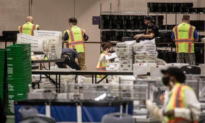 2020년 11월 6일(현지시각)펜실베이니아 필라델피아의 필라델피아 컨벤션 센터에 마련되 개표소에서 선거 사무원들이 11.3 선거 투표지를 세고 있다. | Chris McGrath/Getty Images