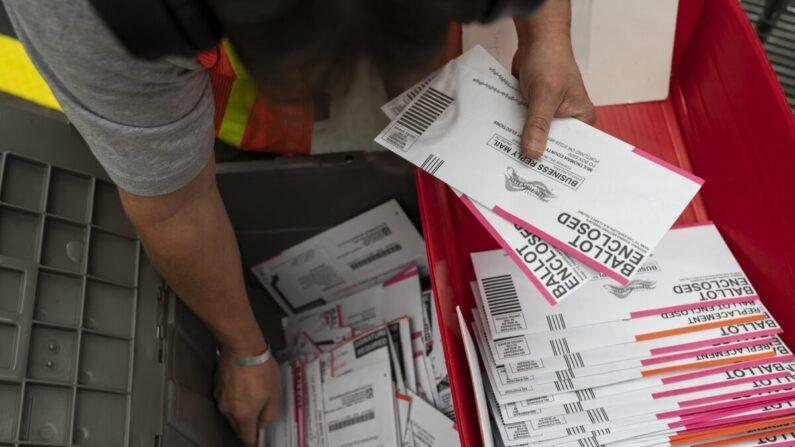 선거 사무원이 2020년 11월 2일 오레건주 포틀랜드의 한 선거사무소에서 투표지를 분류하고 있다. | Nathan Howard/Getty Images