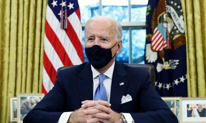 조 바이든 미국 대통령이 행정명령에 서명하고 있다. 2021.1.20 | Tom Brenner/Reuters=연합