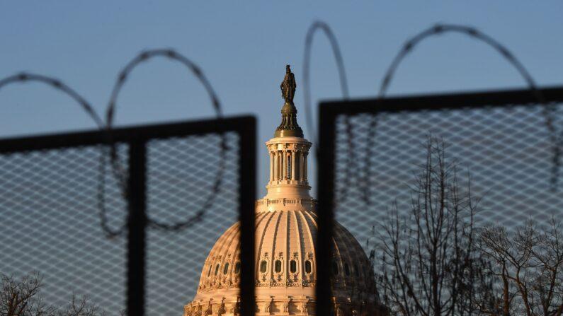 철조망 너머로 보이는 미 국회의사당. 2021.1.19   Angela Weiss/AFP via Getty Images=연합