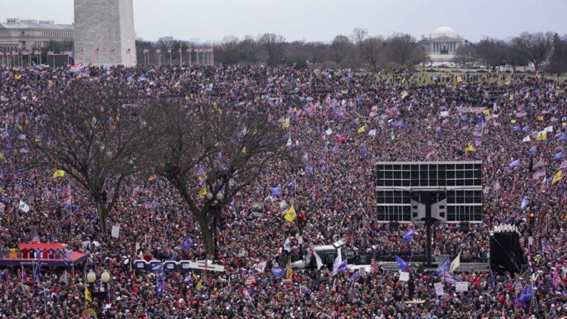 2021년 1월 6일(현지시각) 워싱턴 기념비 부근에서 열린 도널드 트럼프 대통령 지지 집회에 모인 참가자들. | Jacquelyn Martin/AP Photo=연합
