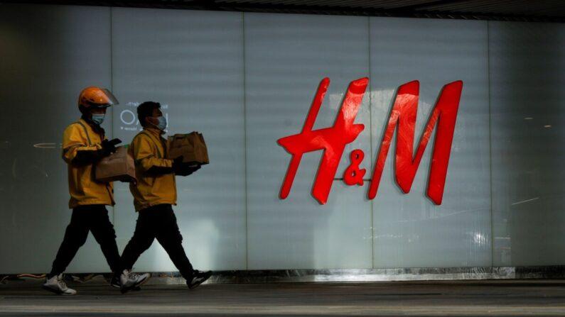 베이징 쇼핑몰의 한 H&M 매장 앞을 중국인들이 지나가고 있다. | Thomas Peter/Reuters 연합뉴스