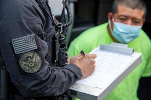 이민세관단속국 요원이 미국 캘리포니아주에서 범죄를 저지른 불법이민자를 체포하고 있다. 2020.10.2   이민세관단속국 제공