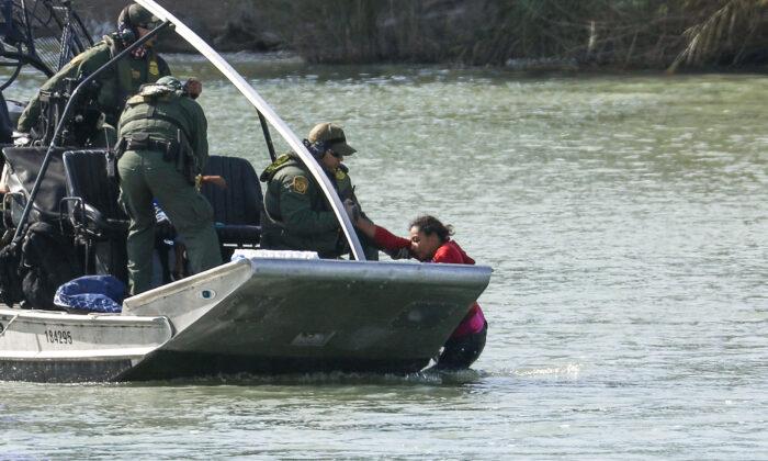 미국 세관국경보호국(CBP) 요원들이 리오 그란데 강에서 구조작업을 벌이고 있다. | 샬럿 커트버슨/에포크타임스