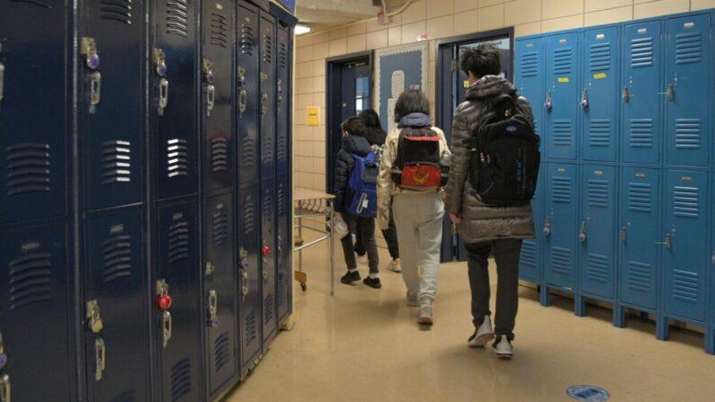 기사와 직접 관련 없는 자료사진. 미국 뉴욕시의 한 학교에서 학생들이 교실에 들어가고 있다. 2021.2.25 | Michael Loccisano/Getty Images