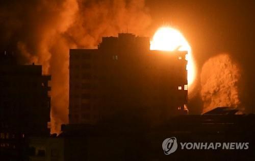 이스라엘군의 폭격으로 화염이 치솟는 가자지구의 건물