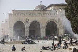 알아크사 사원에서 팔레스타인 시위대를 강경진압하는 이스라엘 경찰