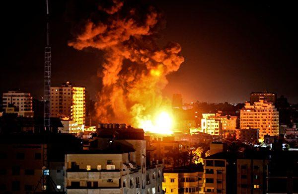 5月17日凌晨,以色列战机空袭加沙地区的目标。(Mahmud Hams/AFP via Getty Images)
