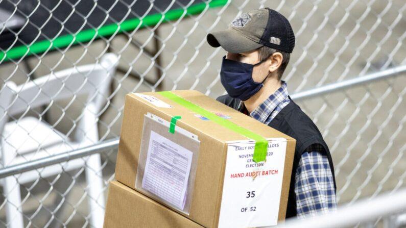 애리조나 주 피닉스 시의 재향군인 기념관에서 선거 감사팀 근로자가 투표지가 담긴 박스를 옮기고 있다. 2021.5.1 | Courtney Pedroza/Getty Images