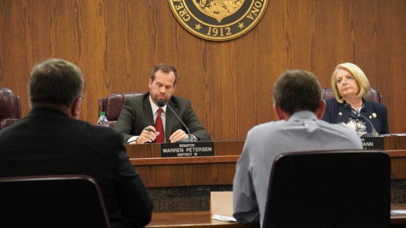 애리조나 주의회 상원 워렌 피터슨(왼쪽) 의원과 캐런 판(오른쪽) 의장이주 피닉스에서 열린 마리코파 카운티 선거 조사 청문회에서 증언을 듣고 있다. 2021.7.15   앨런 스타인/에포크 타임스