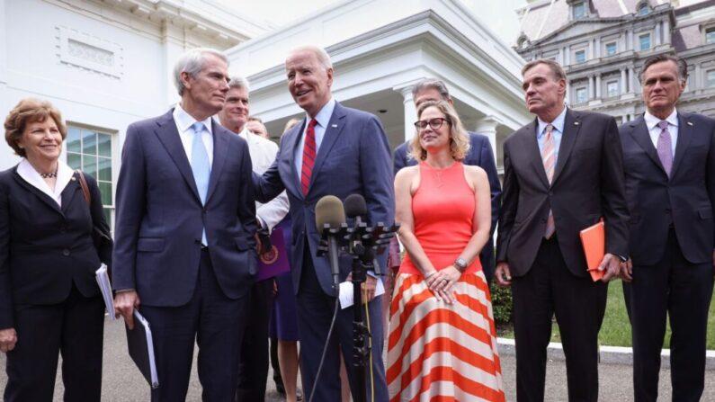 조 바이든 미국 대통령(가운데)이 인프라 투자법안 협상을 마친 미국 상원 양당파 의원들의 백악관 기자회견에 합류해 인사하고 있다. 2021.7.24 |  Kevin Dietsch/Getty Images