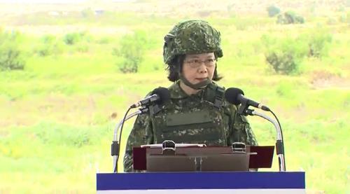 한광 36호 훈련에서 군복과 헬멧을 착용한 차이잉원 총통