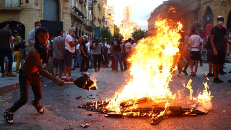 시위대가 8월 10일 레바논 베이루트에서 발생한 대규모 폭발로 촉발된 반정부 시위에 참여하고 있다. 2020.8.10   Hannah McKay/Reuters/연합