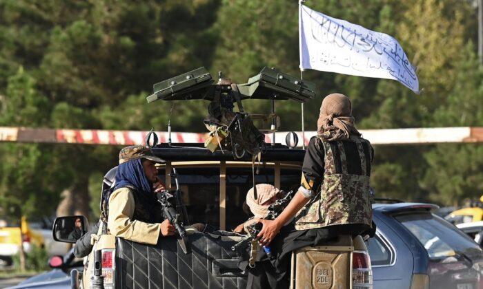카불 시내를 탈레반 테러리스트이 순찰하고 있다. 2021.8.27 | Aamir Qureshi/AFP via Getty Images/연합