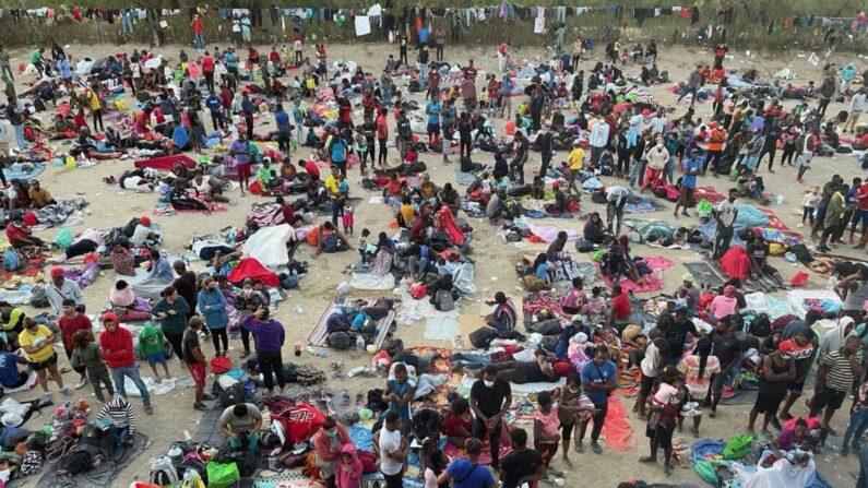 미국 텍사스 델리오 국경지대 모인 수천명의 불법 이민자들이 난민촌을 형성하고 미국 입국이 허용되기를 기다리고 있다. | 살럿 커트버슨/에포크타임스
