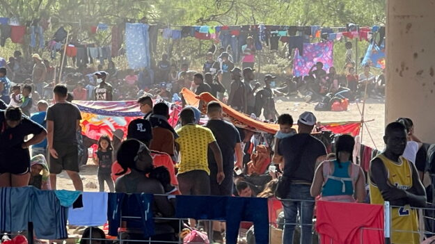 美 바이든 정부, 텍사스 '1만명 난민촌' 불법이민자 추방 본격화