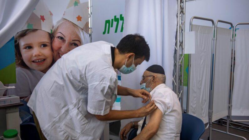 이스라엘 수도 텔아비브의 한 접종소에서 이스라엘 남성이 화이자-바이오엔테크의 중공 바이러스 감염증(코로나19) 백신을 접종하고 있다. 2021.8.10 | Oded Balilty/AP/연합
